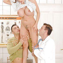 زوجته ينيكها الطبيب