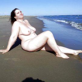 عارية في البحر
