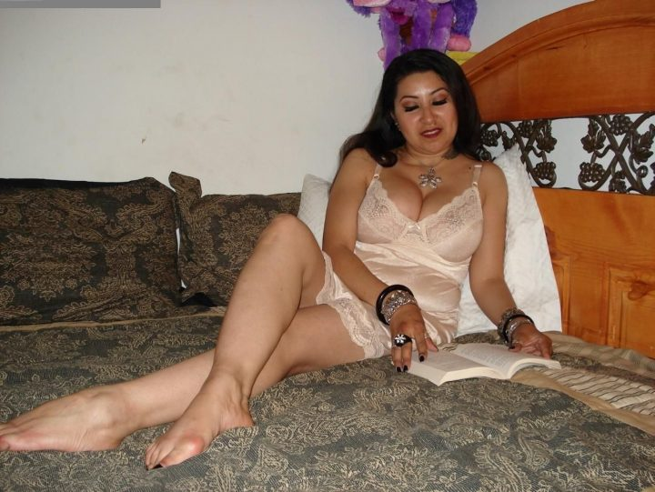 Sexy+arab+aunty+with+mini+night+dress